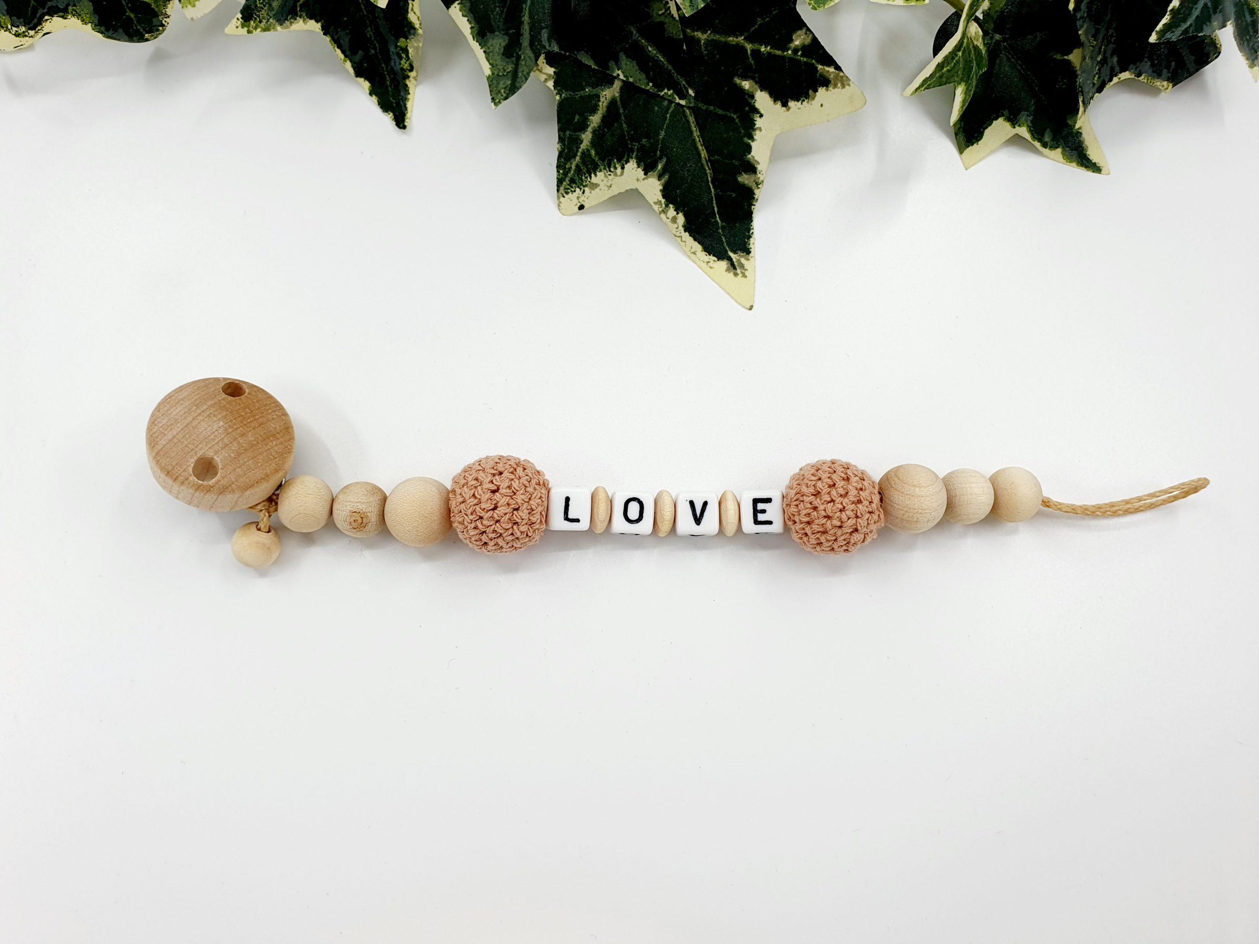 Schnullerkette in der Farbe Altrosa und Holz Natur mit den Buchstaben LOVE